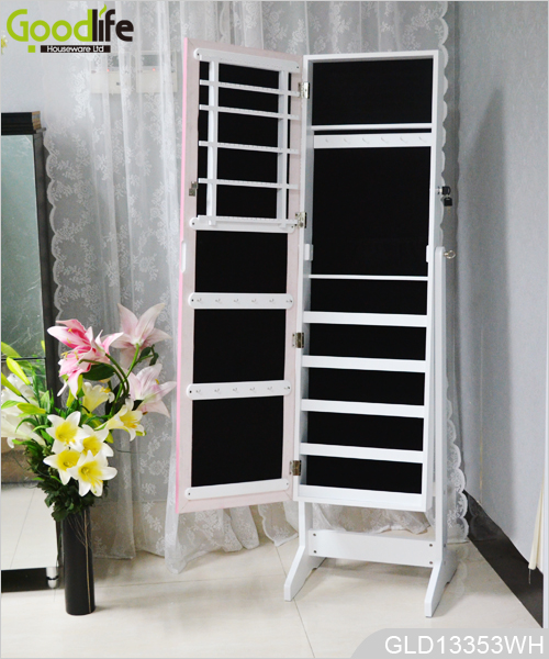 Miroir Sur Pied En Bois Bijoux : Un grand miroir sur la porte de l'armoire de bijoux GLD12210
